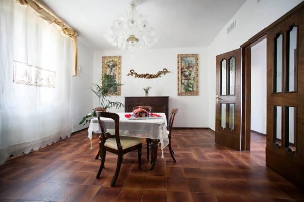 Sala pranzo con casetta di cioccolata nella Domus Socolatae a Follonica