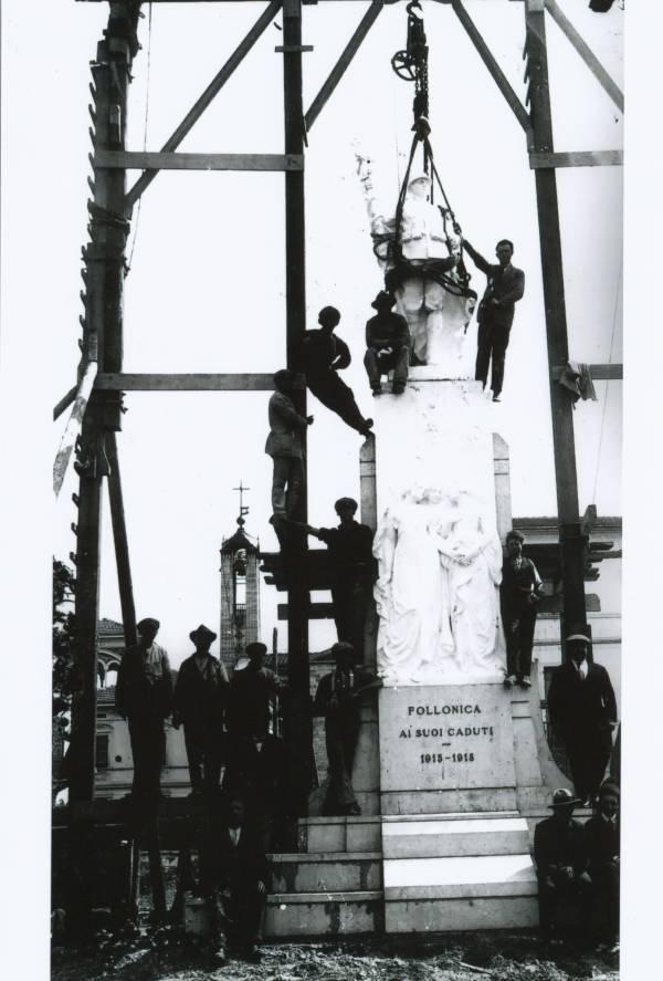 La vecchia Follonica la statua ai caduti